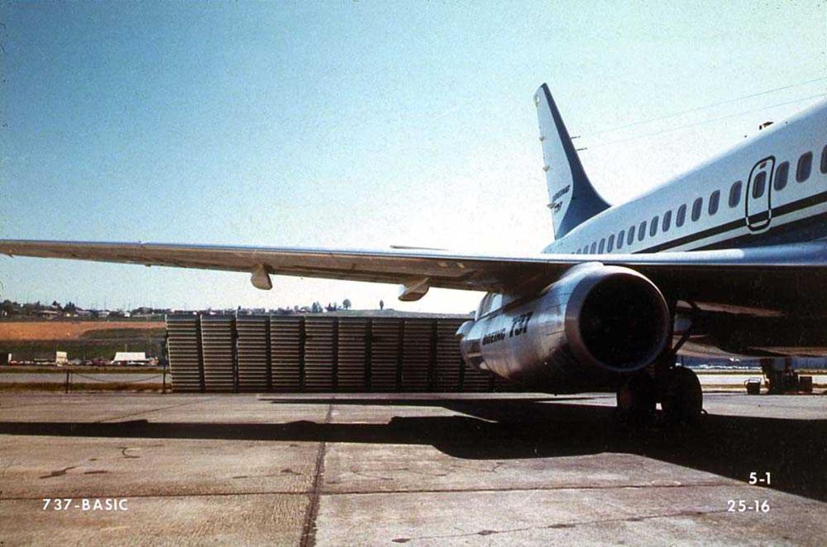 Lufthavn. Vingen og bakre del av ett Boeing 737-200 på bakken.