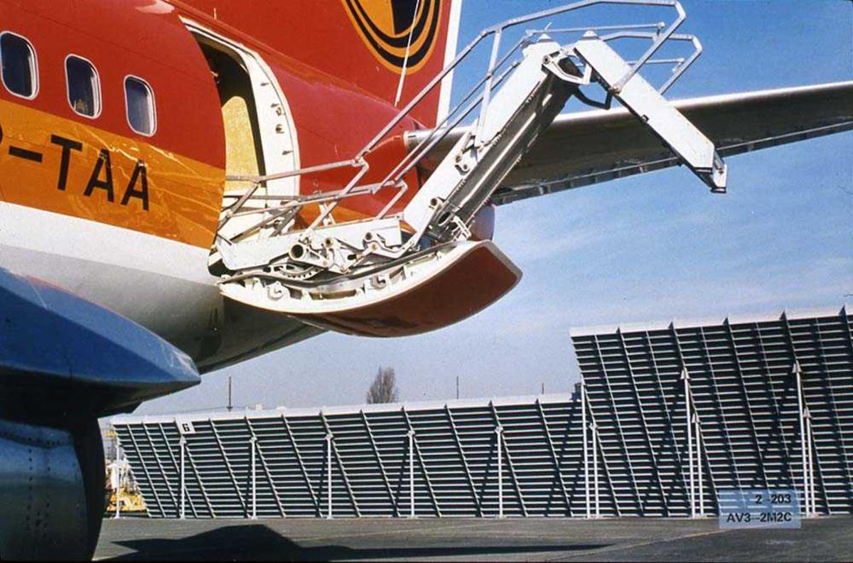 Lufthavn. Ett fly på bakken, Boeing 737 som åpener/lukker bakre dør.