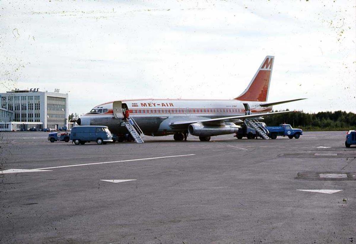 Lufthavn. Ett fly på bakken, Boeing 737-2H5 LN-MTC fra Mey-Air.