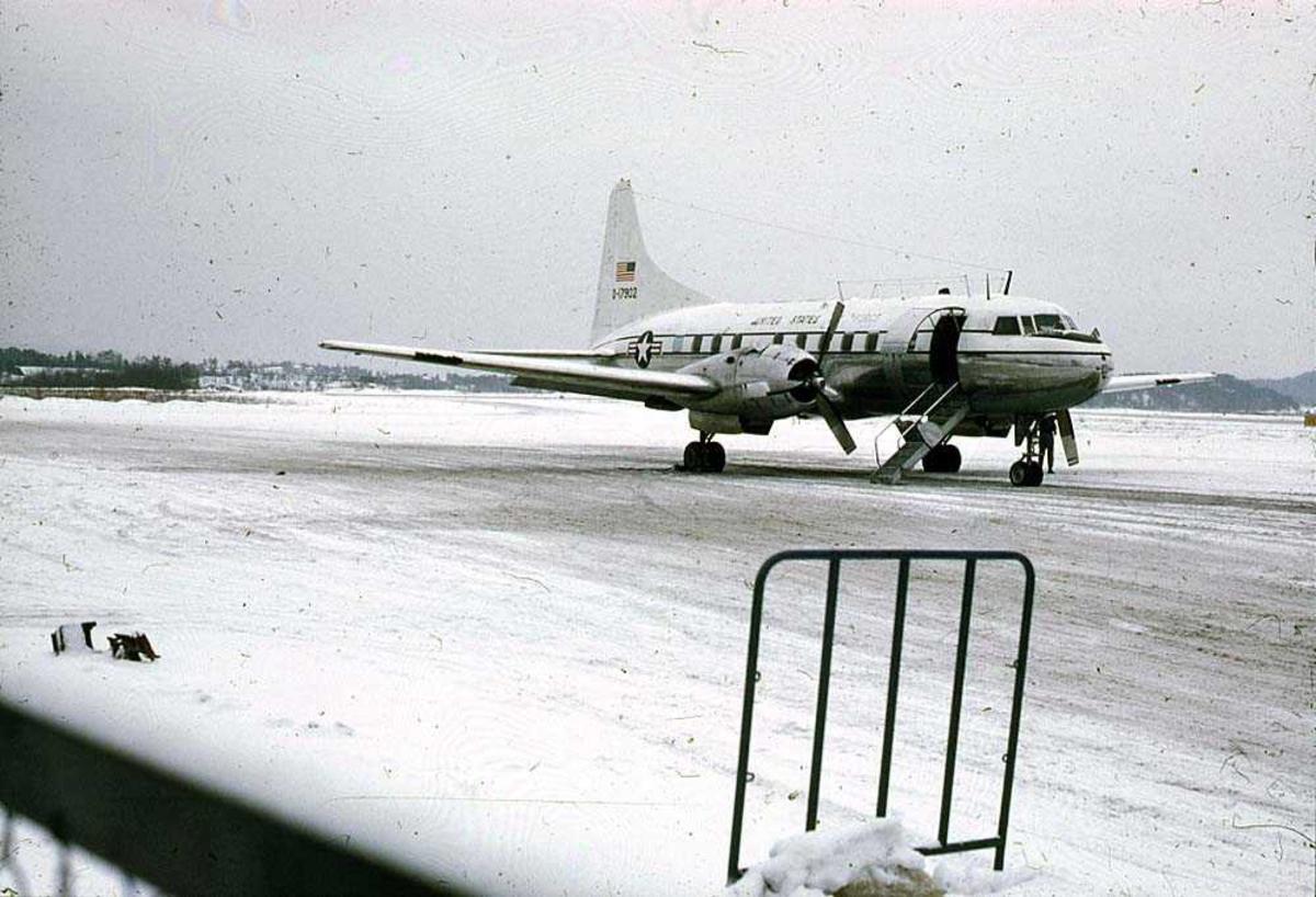 Lufthavn. Ett fly på bakken, Convair 240 O-17902 fra USAF. Snø på bakken.