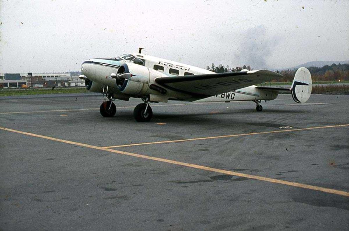 Lufthavn. Ett fly på bakken, Beechcraft D18S Expeditor LN-BWG fra Nor-Fly A/S.