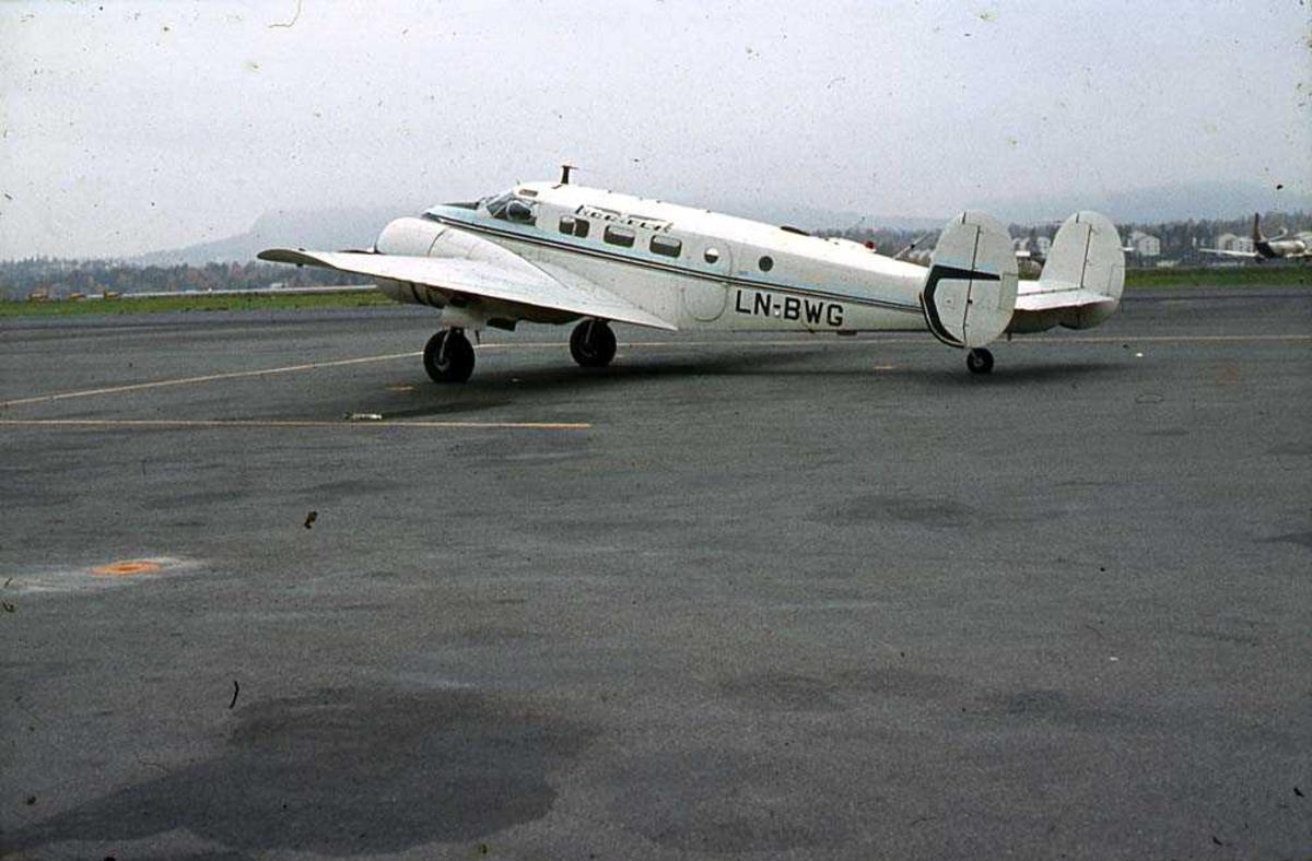 Lufthavn (flyplass). Ett fly på bakken, Beechcraft D18S Expeditor LN-BWG fra Nor-Fly A/S.