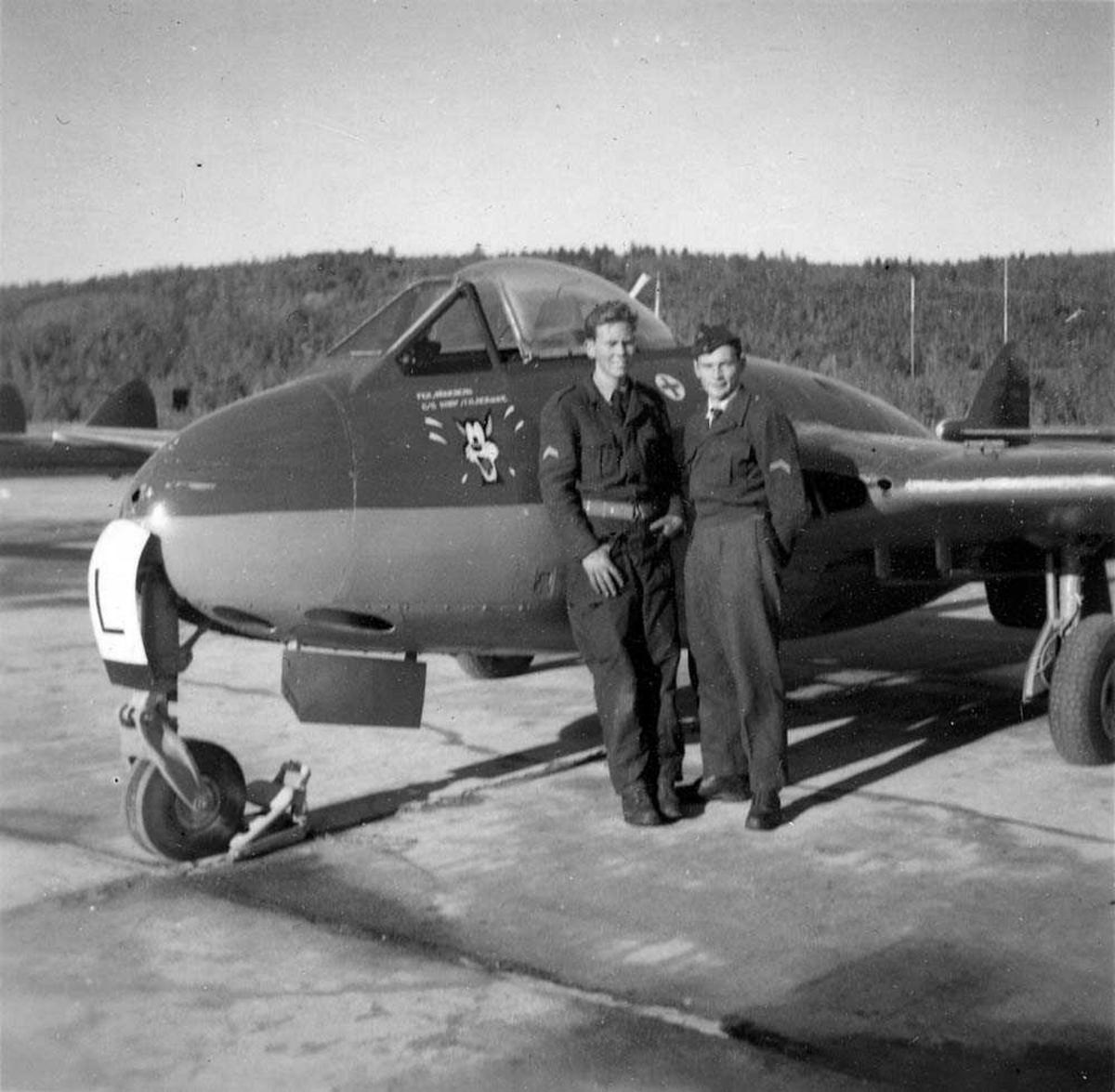 Lufthavn. To personer som står foran ett fly på bakken. DH-Vampire MK 52