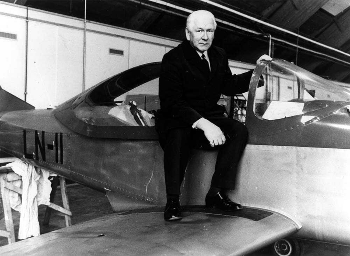 En person som sitter på et fly inne i en hangar, Larsen Spesial LN-11.