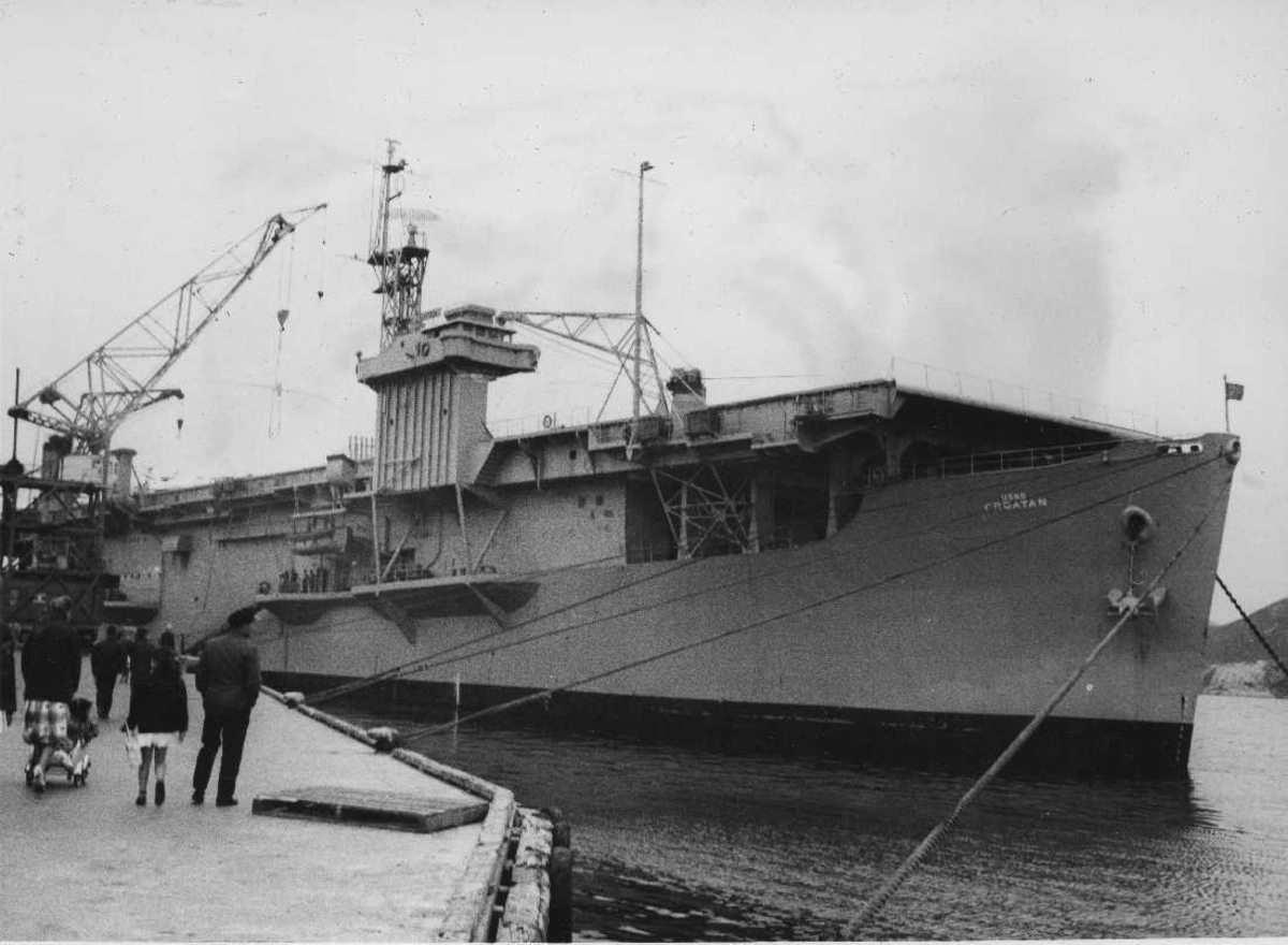 Et marinefartøy ligger ved kai.