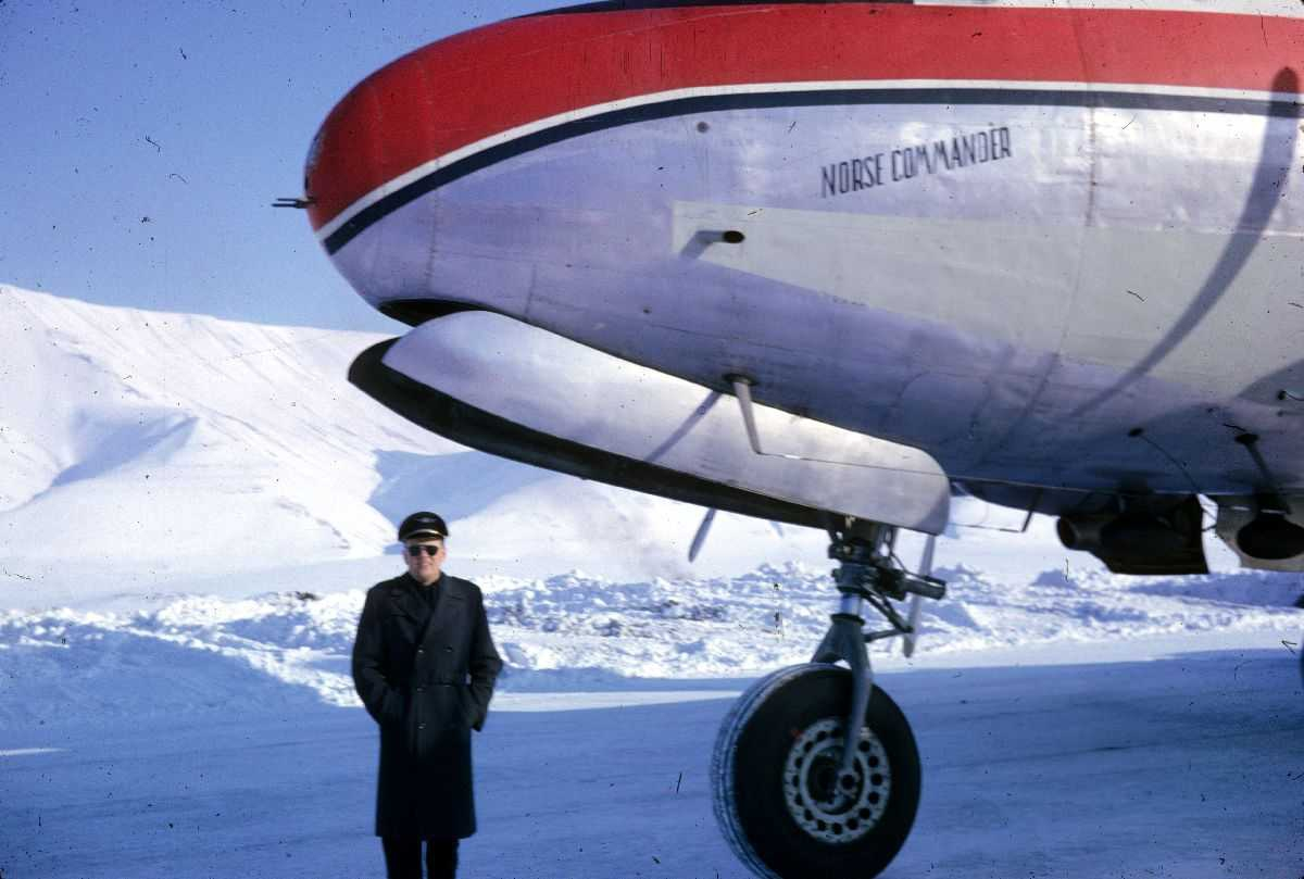 "Lufthavn. En person som står ved ett fly på bakken, Douglas DC-4 ""Norse Commander"" LN-SUP fra Braathens SAFE. Snø på bakken."
