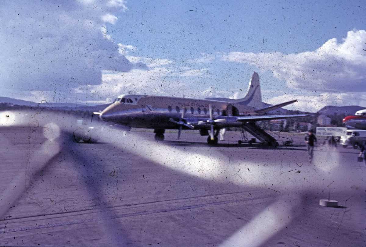 Lufthavn (flyplass). Ett fly på bakken. Vickers Viscount fra Fred Olsen.