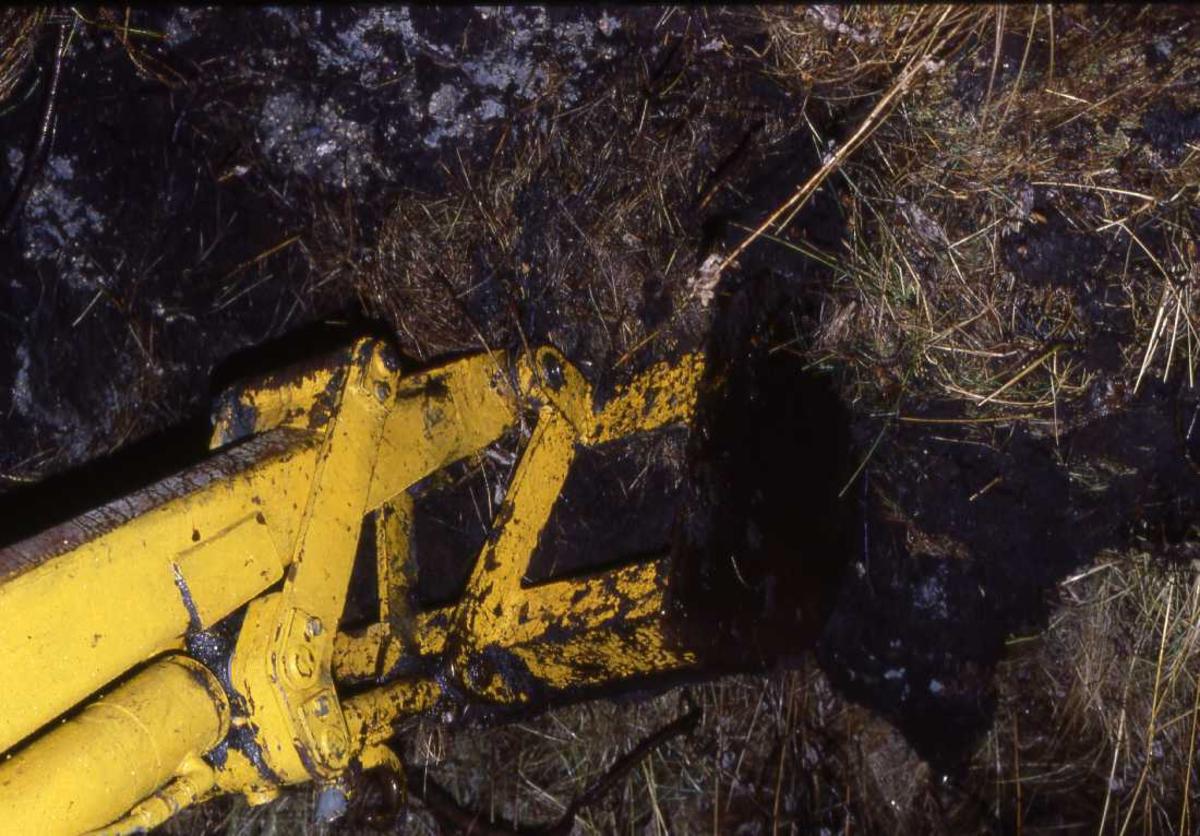 Lufthavn - flyplass. Den første skuffe med jord hentes opp ifm klargjøring av tomta.