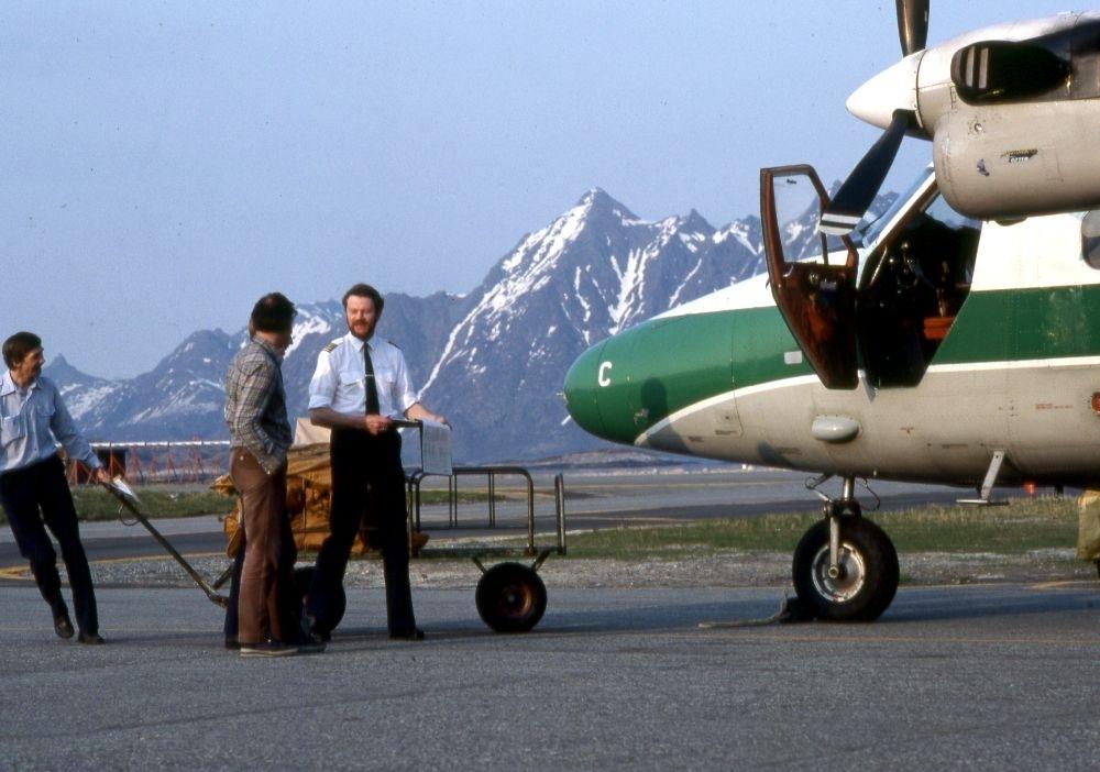 Lufthavn (flyplass). Et fly, LN-WFC, DHC-6-300 Twin Otter fra Widerøe. Flere personer ved flyet bl.a. flyger (pilot).