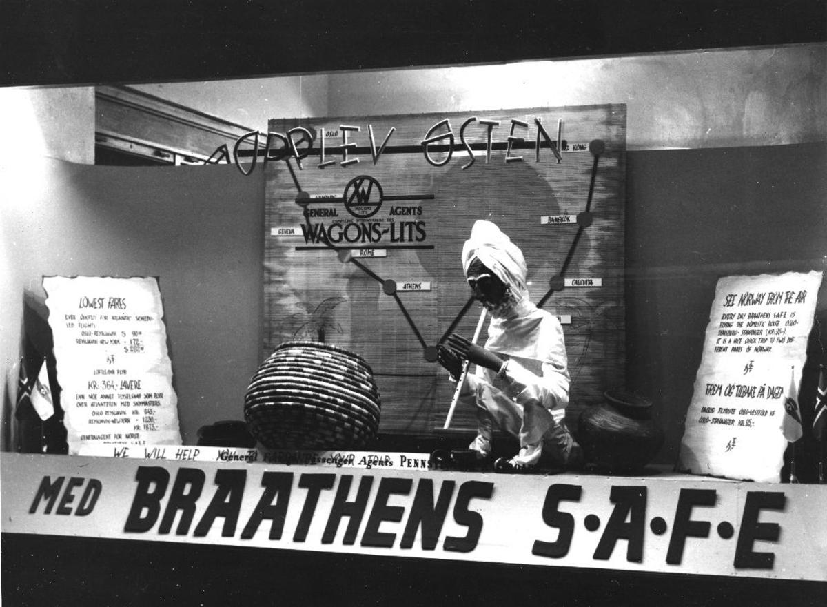 Landskap. Braathens SAFE's reklameplakat i et vindu.