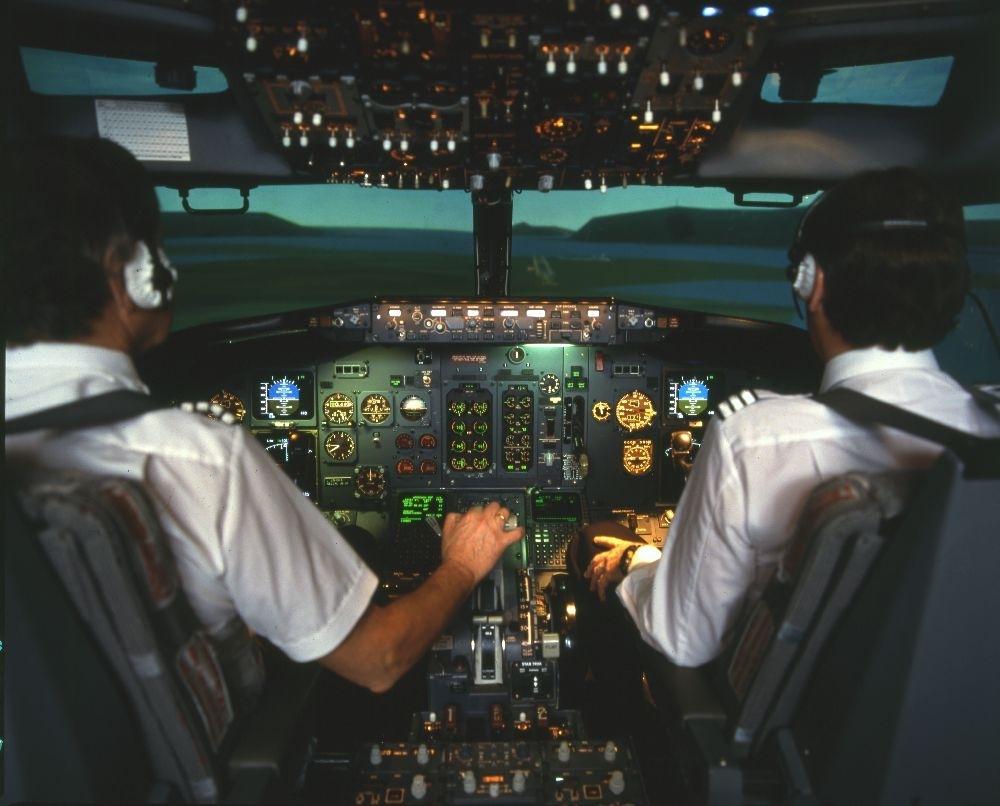 Landskap. To personer trener i cockpit til en flysimulator/Boeing 737 fra Braathens SAFE.