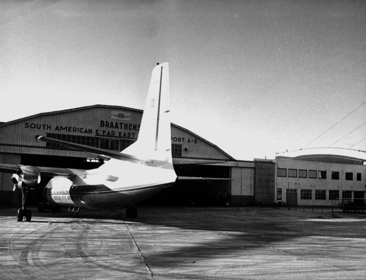 Lufthavn/flyplass. Sola/Stavanger. Et fly, Fokker F-27 Friendship fra Braathens SAFE, parkert utenfor tekniske avdeling.