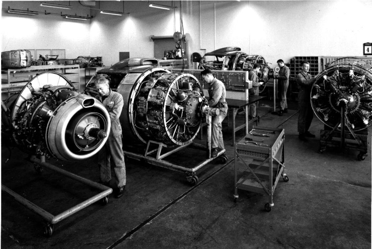 Lufthavn/flyplass. Sola/Stavanger. Braathens SAFE Tekniske avdeling. Flere flyteknikere kontrollerer og gjør vedlikeholdsarbeid med flere flymotorer.