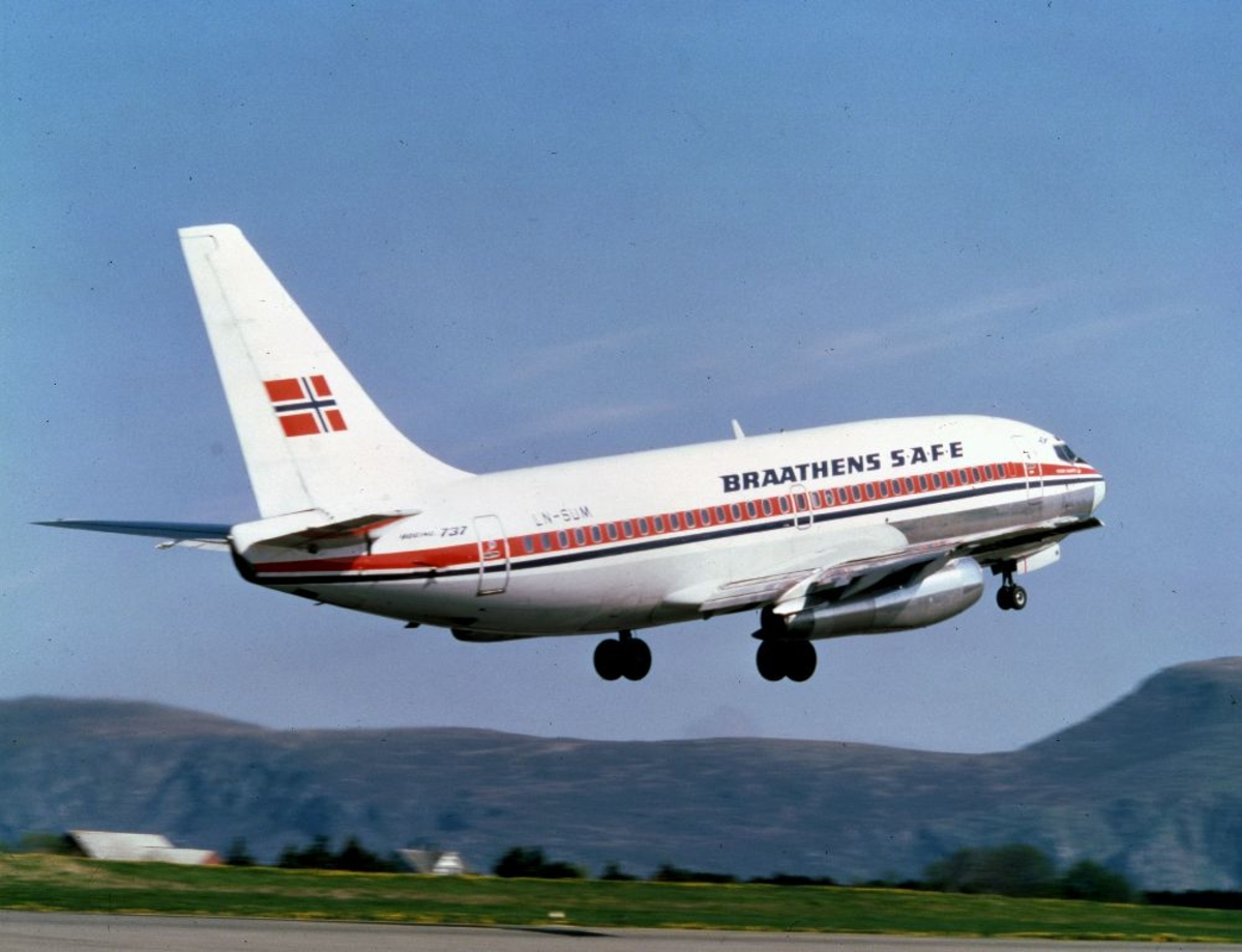 Lufthavn/Flyplass. Et fly, LN-SUM, Boeing 737 fra Braathens SAFE går inn for landing.
