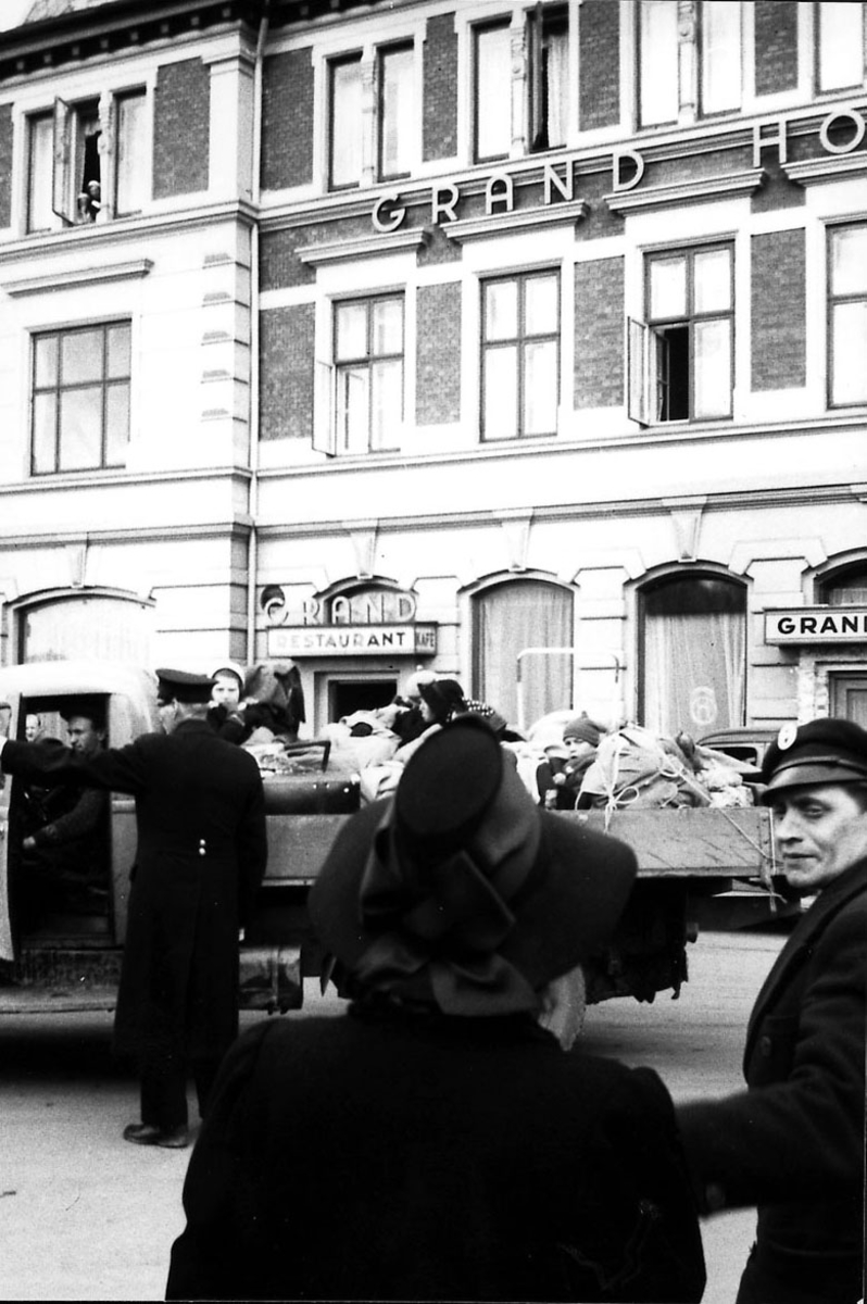 Gate med flere personer, Grand Hotell i bakgrunnen