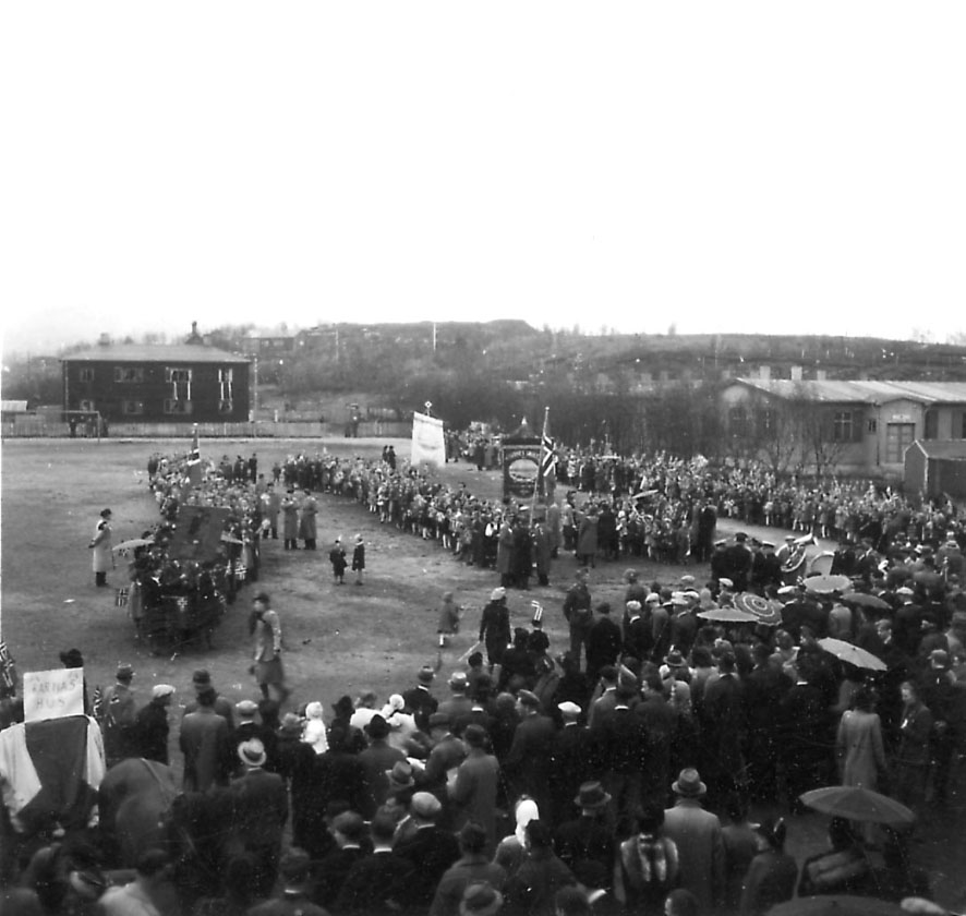 Frigjøringsdagene i Bodø etter krigen 1940 - 1945. Mange personer, flagg og faner.