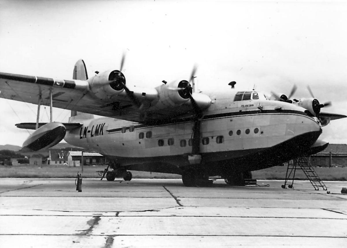 """Åpen plass, ett fly på bakken, Short S.25 Sandringham, DNL         LN-LMK """"Polarbjørn""""."""