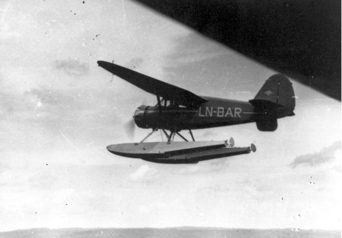 Luftfoto, Ett fly i luften, Stinson SR.8EM Reliant, LN-BAR. Fra Widerøe.