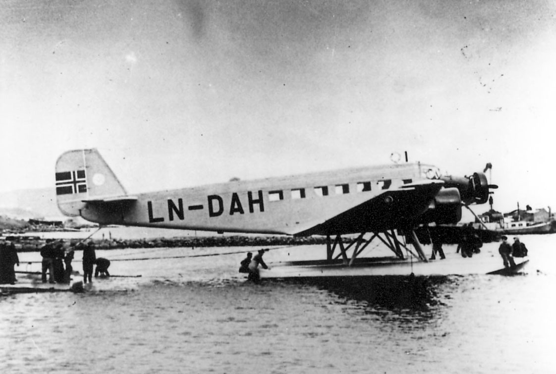 """Sjøflyhavn, Ett fly Junkers Ju 52/3mg2e LN-DAH """"Falken"""". Flere personer ved flyet"""