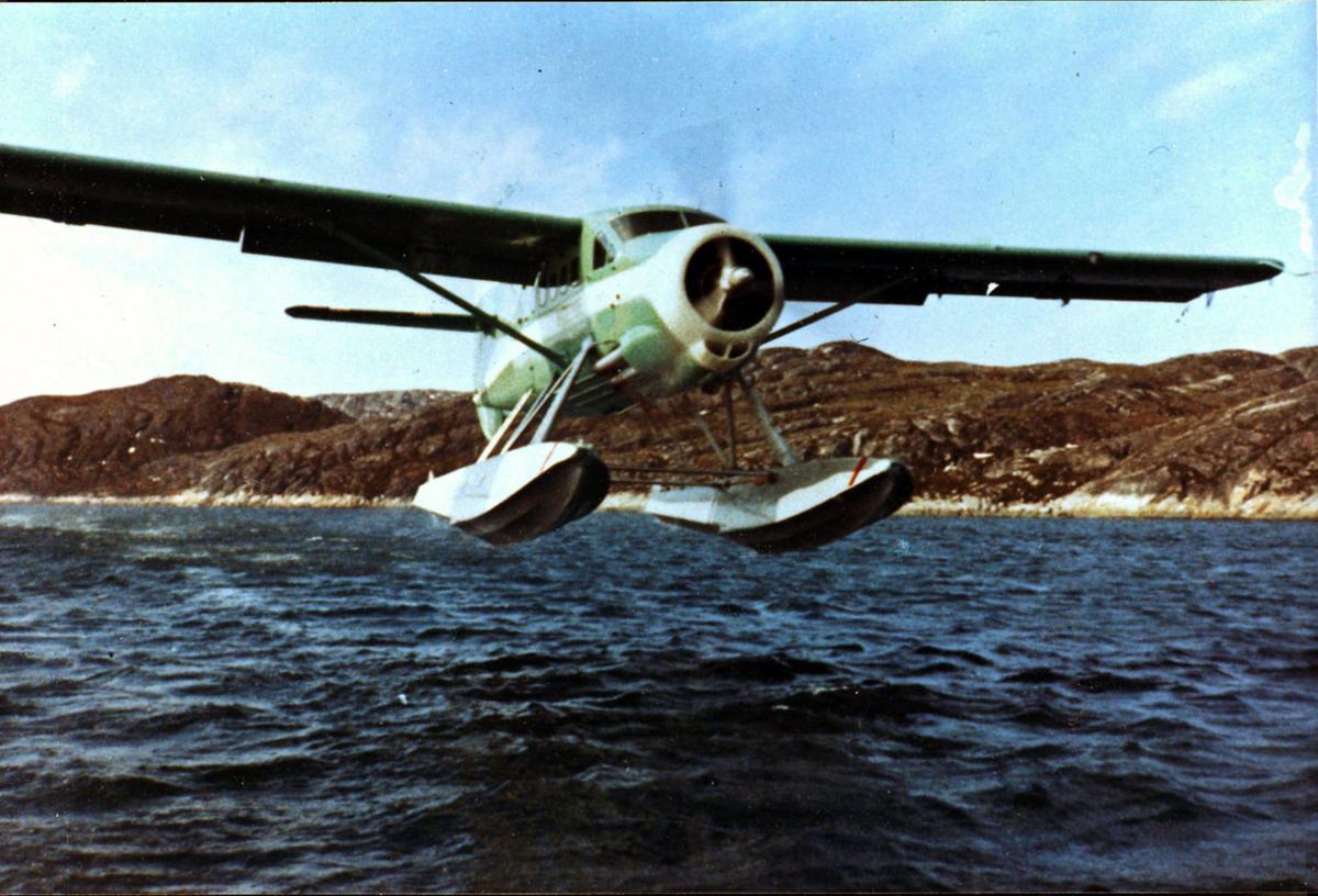 Fly, Otter, fra Widerøe. Letter eller lander. Skrått forfra.