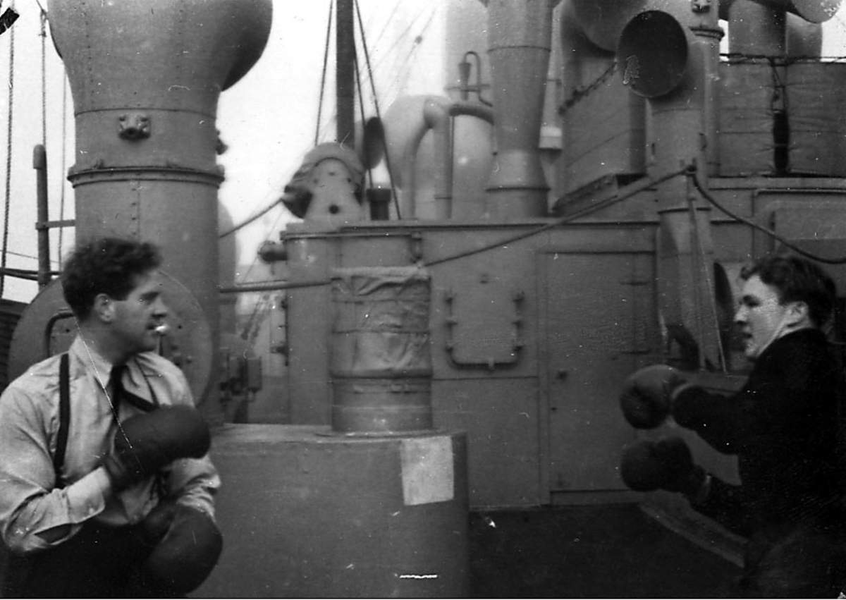 Portrett, to personer, militære, i vennskapelig boksekamp ombord i fartøy..