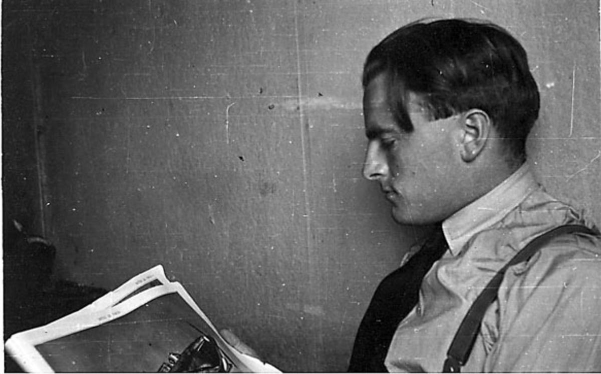 Portrett, person, militær, i uniform (uten jakke) sitter og leser avis e.l.
