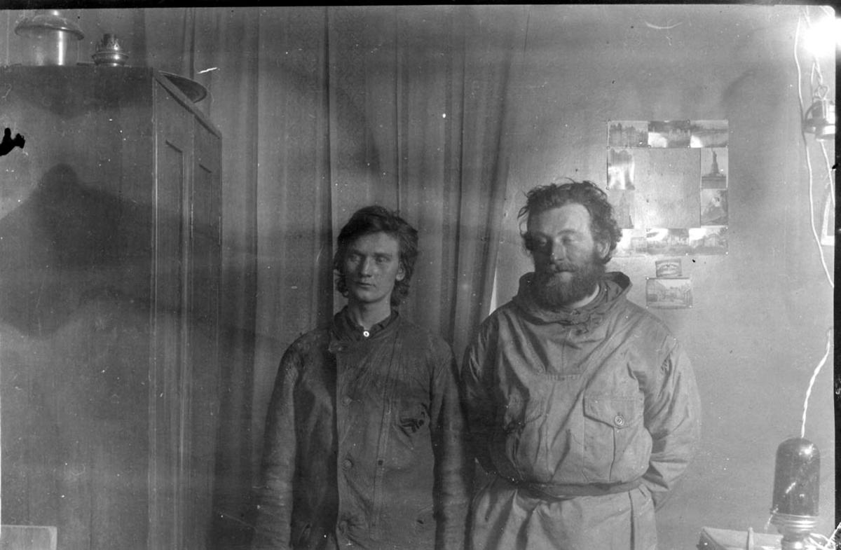 2 personer, fangstfolk, tatt innendørs.
