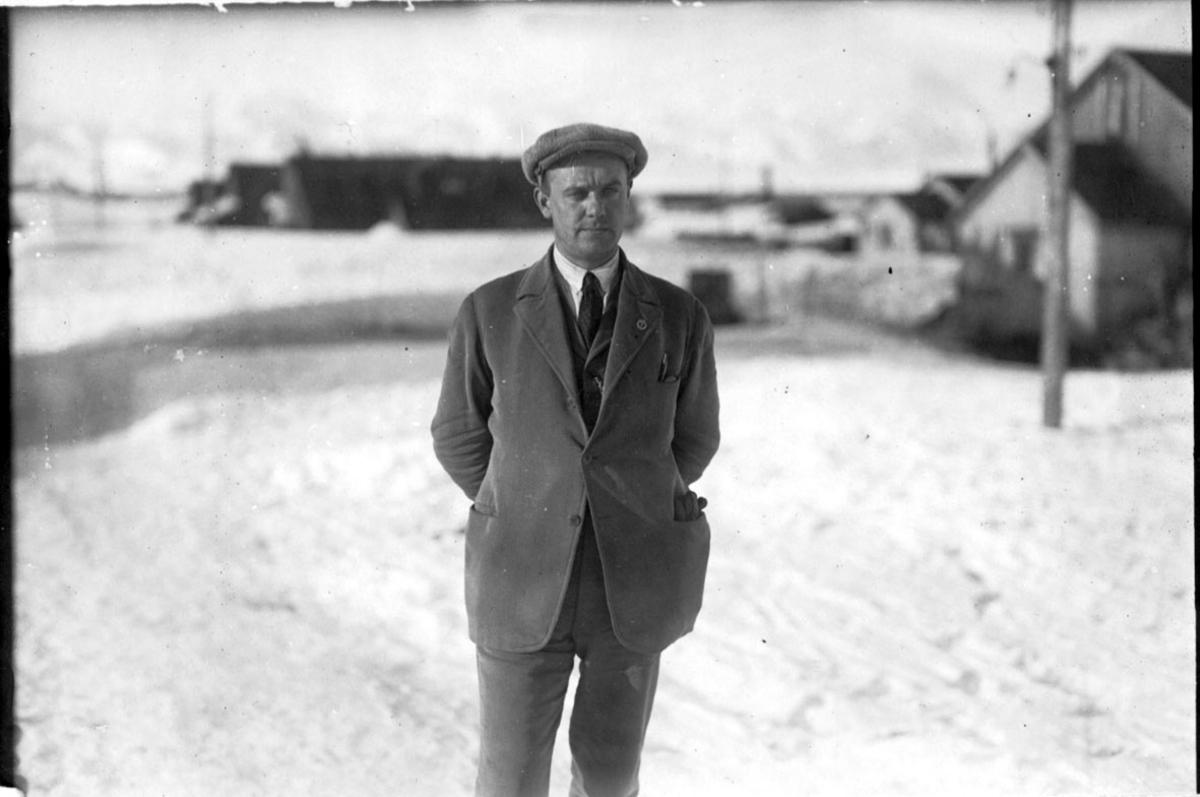 Portrett, 1 person, ingeniør eller leder for gruveselskap. Bygninger bak, snø på bakken.
