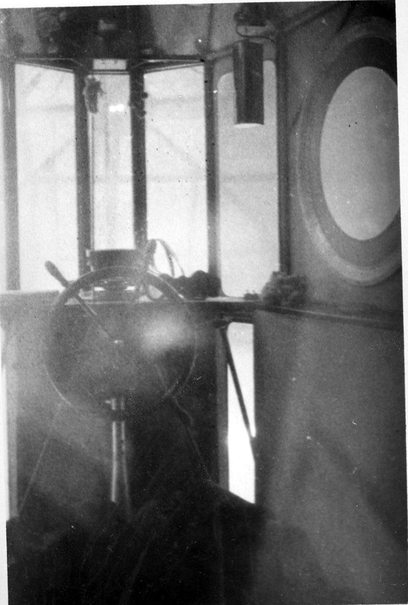 "Interiør fra gondolen til luftskipet ""Norge"". Viser rormannens, styrmannens, plass."