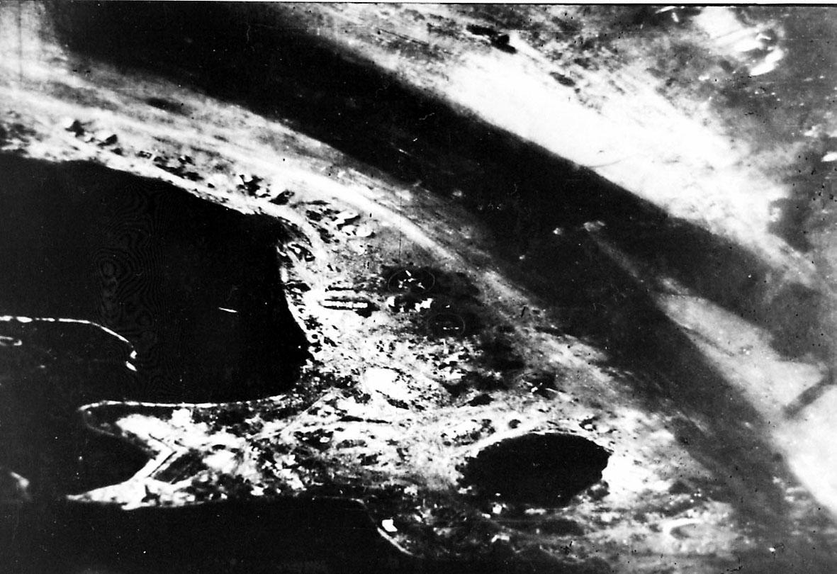 Luftfoto, landskap under med non bygninger (militæranlegg?)