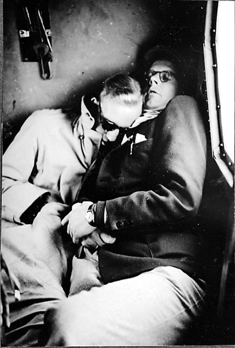 Portrett, 2 personer slapper av inne i et fly.