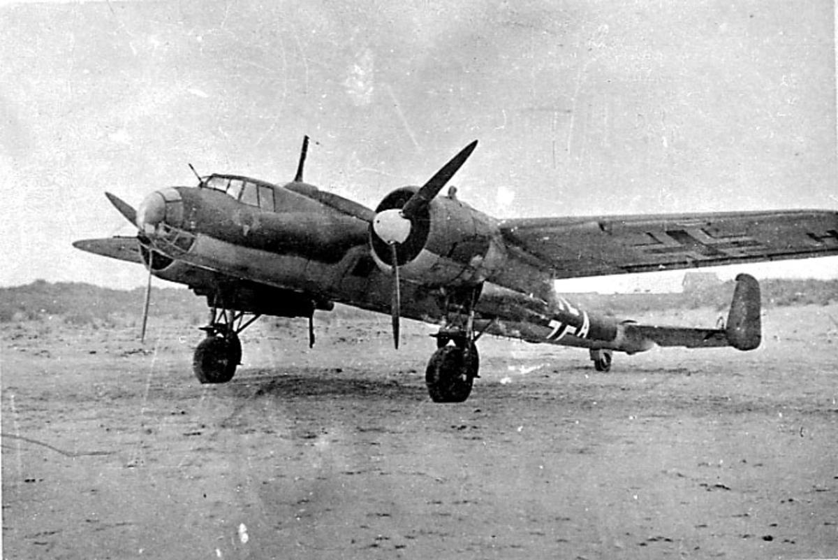Fly, Dornier DO 17 17P A6+KH. står på bakken, skrått forfra.