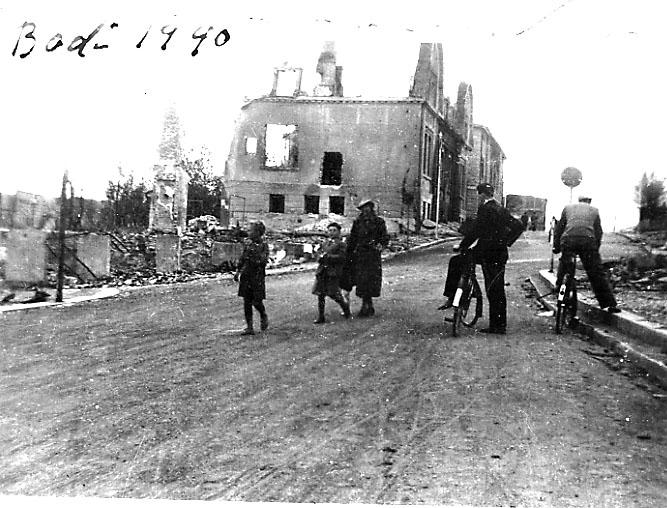Ruin av bygning, Privatbanken. Bodø etter bombingen under 2. verdenskrig. Gate i forgrunnen med flere personer.Nordlands privatbank og Norges bank