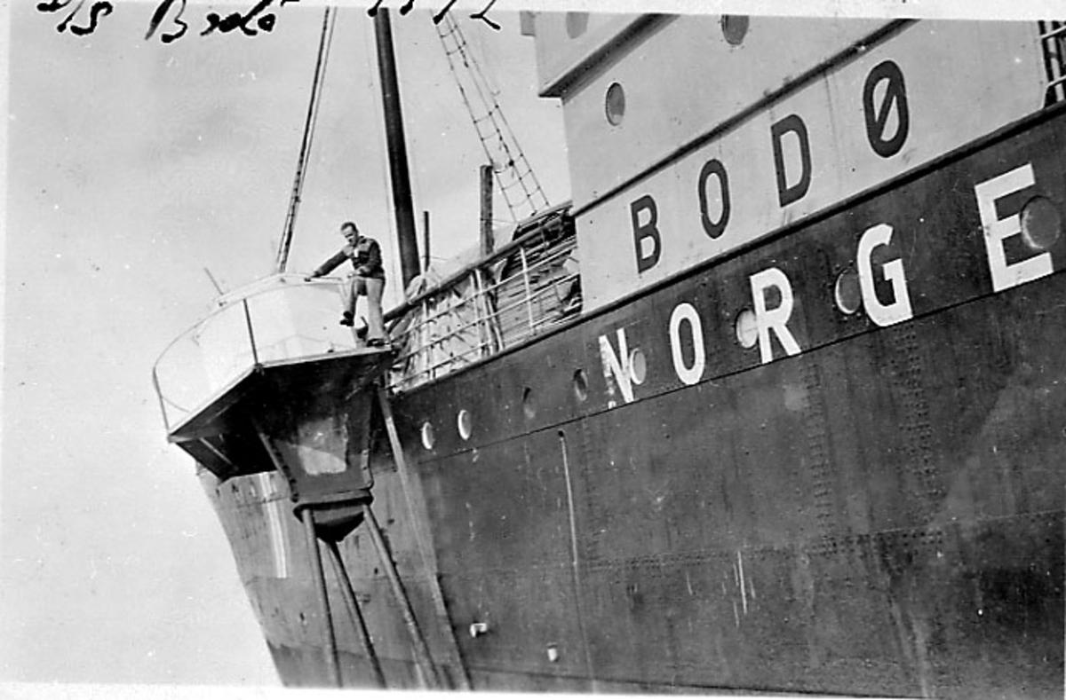 Fartøy på grunn ved sjømerke, D/S Bodø, Deler av fartøyet sett fra siden. 1 person står på sjømerket.