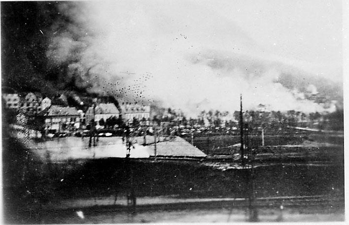 Røyk stiger opp fra bebyggelsen i Narvik under krigsødeleggelsene, 2. verdenskrig.