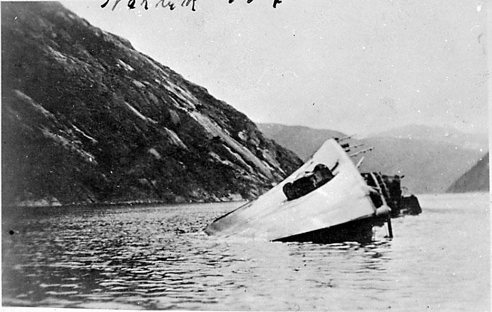 Marinefartøy ligger på siden, nedsunket. Tusk Jager. Narvik under 2. verdenskrig.
