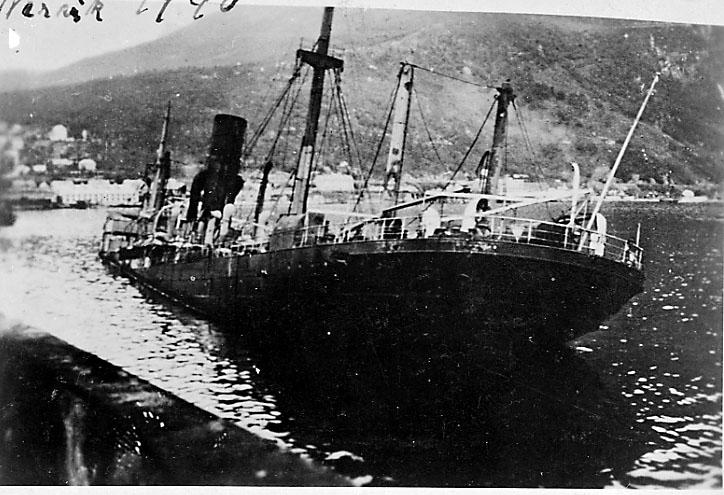 Havneområdet, nedsunket skip i forgrunnen. Narvik under 2. verdenskrig.