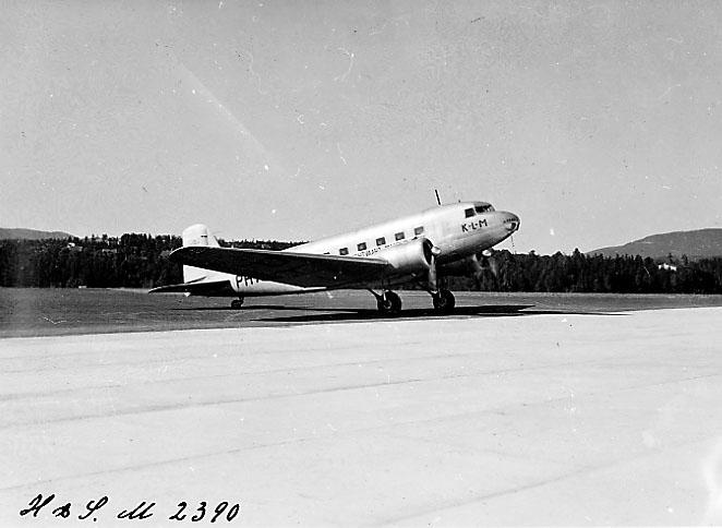 "Lufthavn, 1 fly på bakken, DC-2 PA-AKH ""HAAN"" fra KLM. Skrått fra siden."