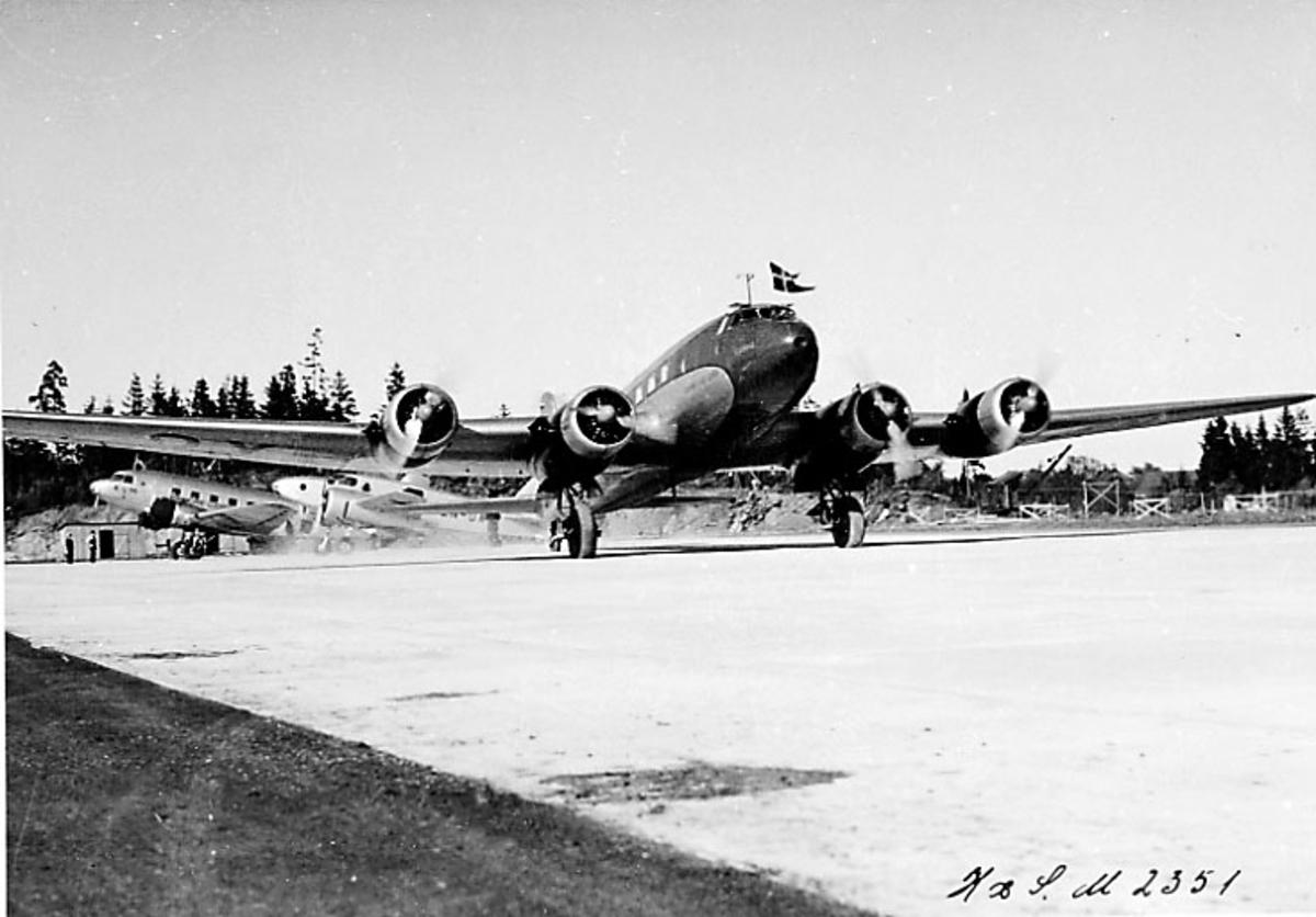 """Lufthavn, 1 fly på bakken, Focke-Wulf Fw200 Condor OY-DAM """"Dania"""" fra DAL (DDL). Sett forfra."""