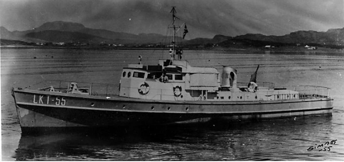 1 marinefartøy ligger stille på havoverflata.