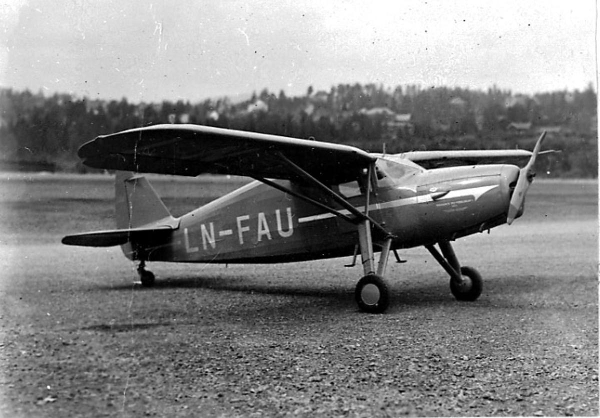 Lufthavn, 1 fly på bakken, Fairchild Argus III (UC 61 K) 43-14979, LN-FAU, fra Widerøes Flyveselskap A/S.