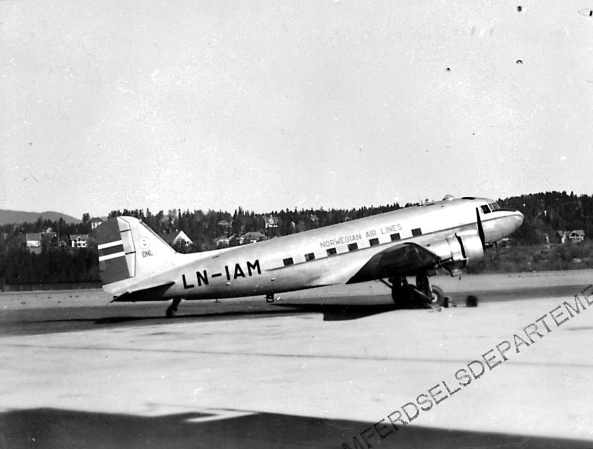 """Lufthavn, 1 fly på bakken, Douglas DC-3 C-47A-35 DL Dacota, LN-IAM """"Nordvard/ Gudmund Viking"""" fra Staten v/Forsvarsdepartementet."""