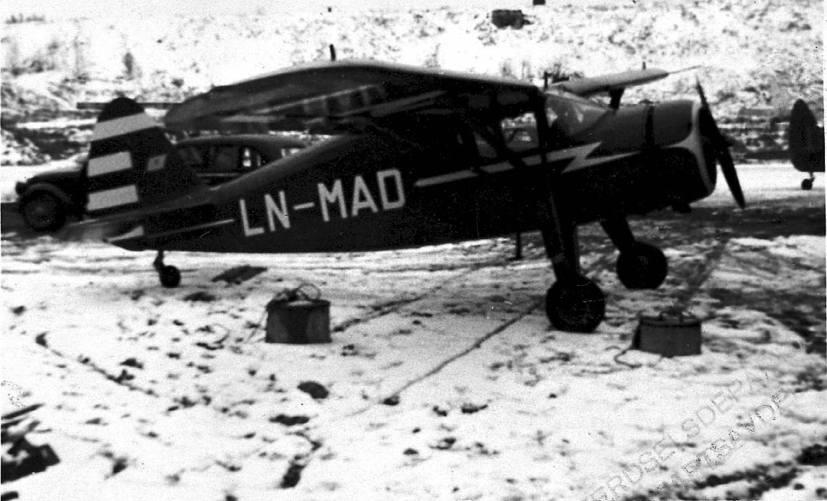 Lufthavn, 1 fly på bakken, Fairchild Argus II UC-61-A LDB 167 LN-MAD fra E. S. Tofte & Co A/S, Oslo