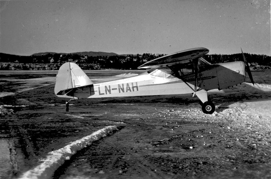 Lufthavn, 1 fly på bakken, Auster J.1 LDB 163 LN-NAH fra Trøndelag Flyveselskap A/S.