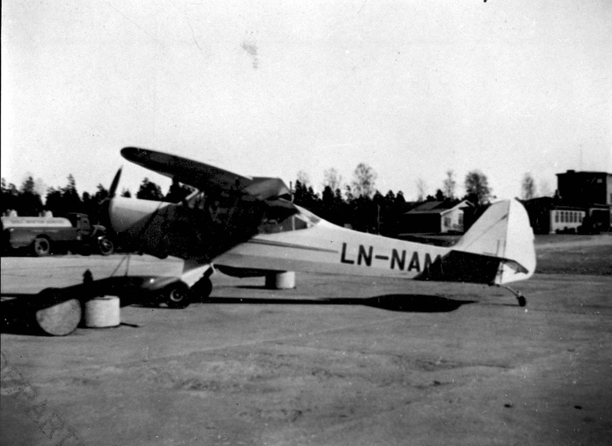 Lufthavn, 1 fly på bakken, Auster J.1 LDB 170 LN-NAM fra Lillehammerfly A/S.