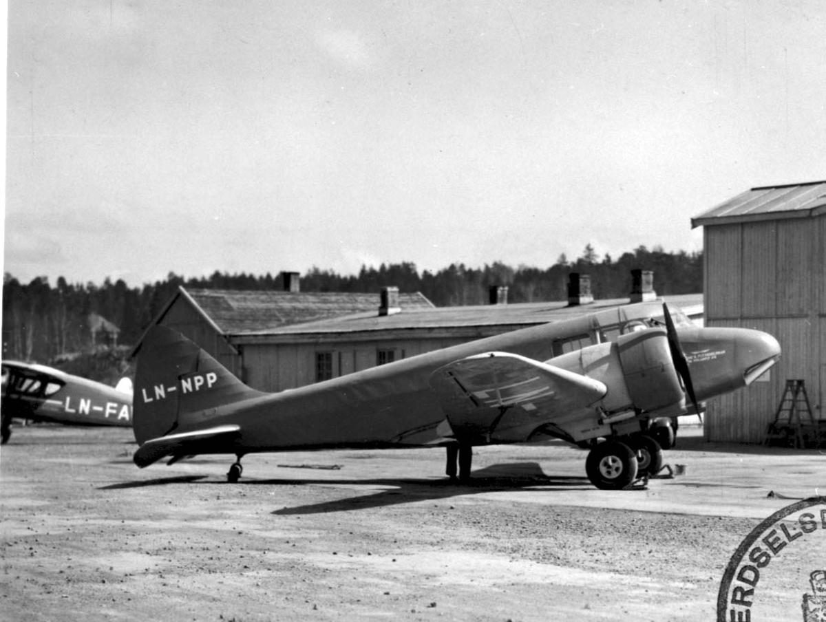 Lufthavn, 1 fly på bakken, Airspeed Oxford A.S.40 Mark I LDB 290 LN-NPP fra Widerøes Flyveselskap og Polarfly.