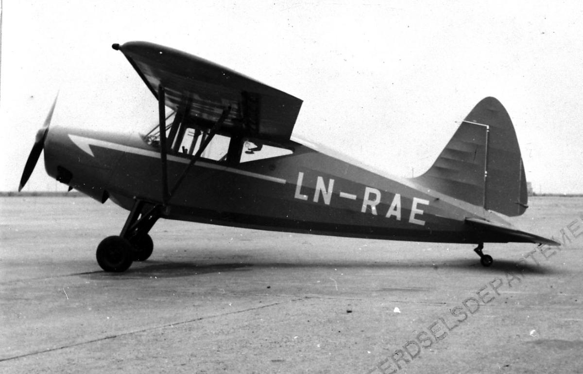 Lufthavn, 1 fly på bakken  S.A.I KZ VII Lærke U.5/U10 LDB 230 fra Widerøes Flyveselskap A/S.