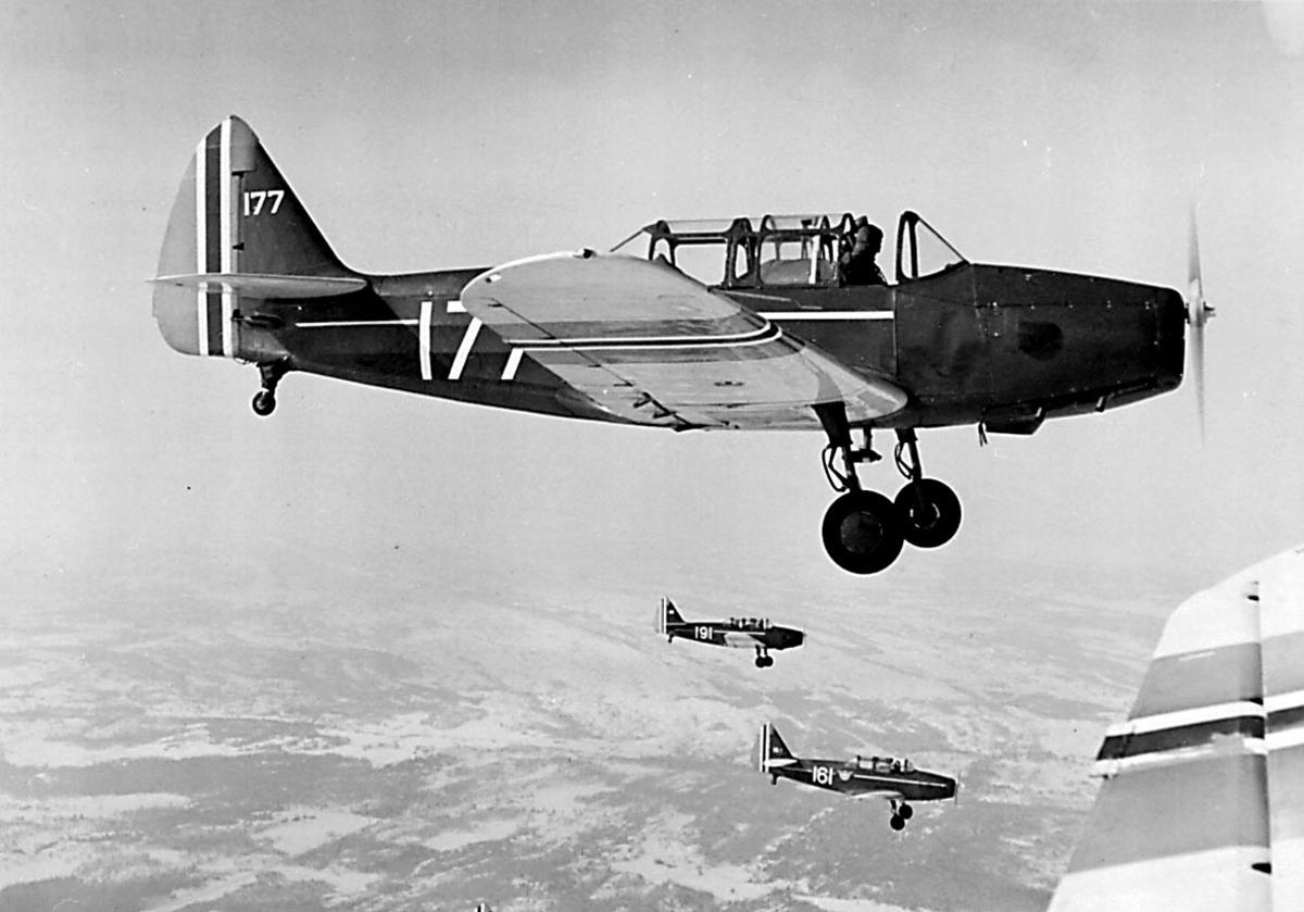 Luftfoto. 3 fly i formasjon Fairchild PT-26-FA Cornell I og M-62A, bl.a. 177, 191, 161, fra Hærens Flyvåpen i Toronto.