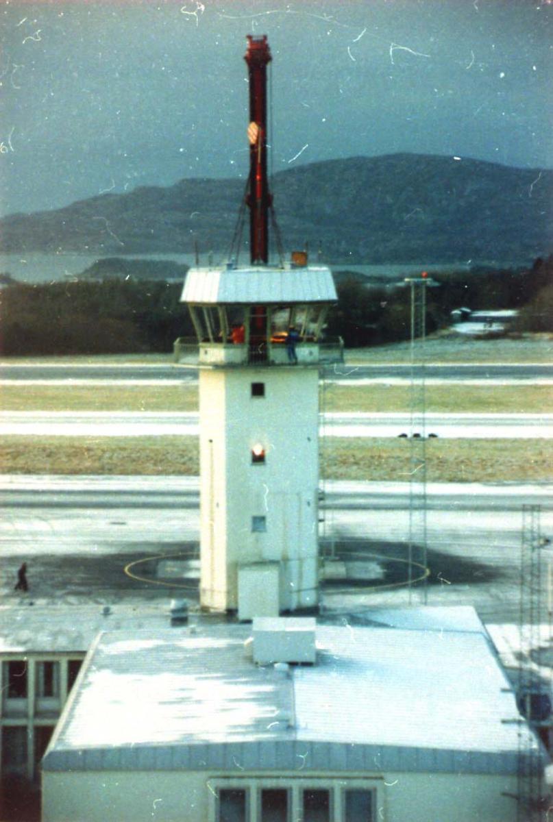 Lufthavn, demontering av gammelt kontrolltårn. Flesland Lufthavn.