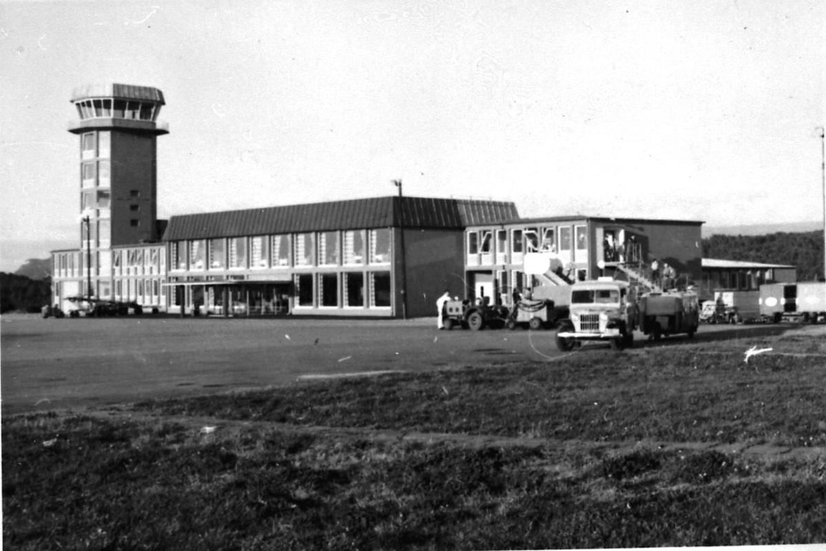 Lufthavn, teminalbygningen med kontrolltårnet.